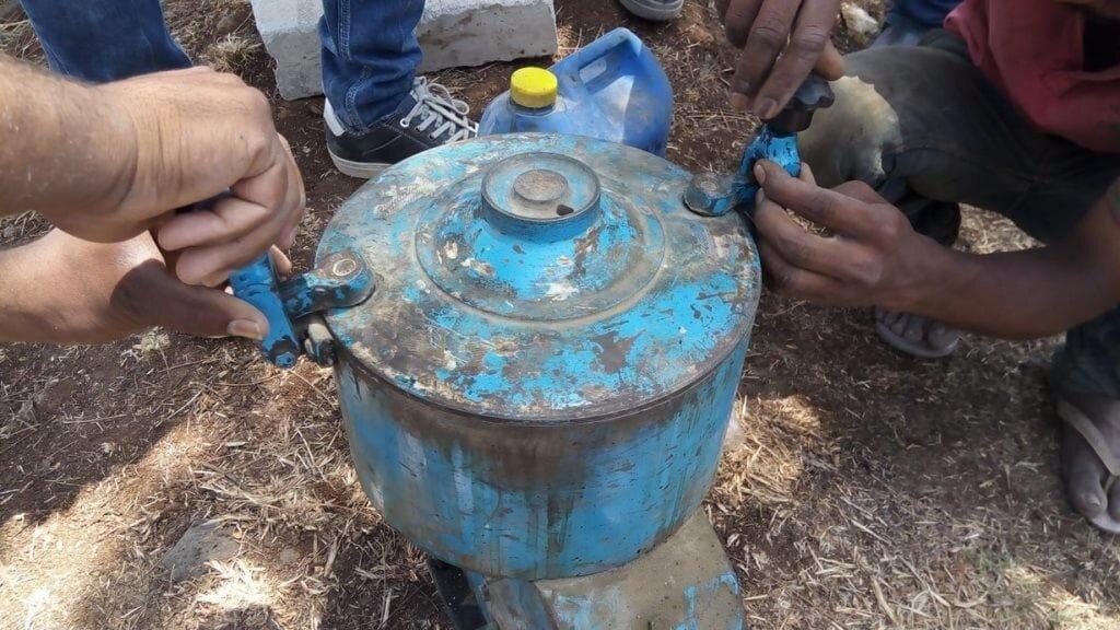top lid tightening bitumen extraction.jpg